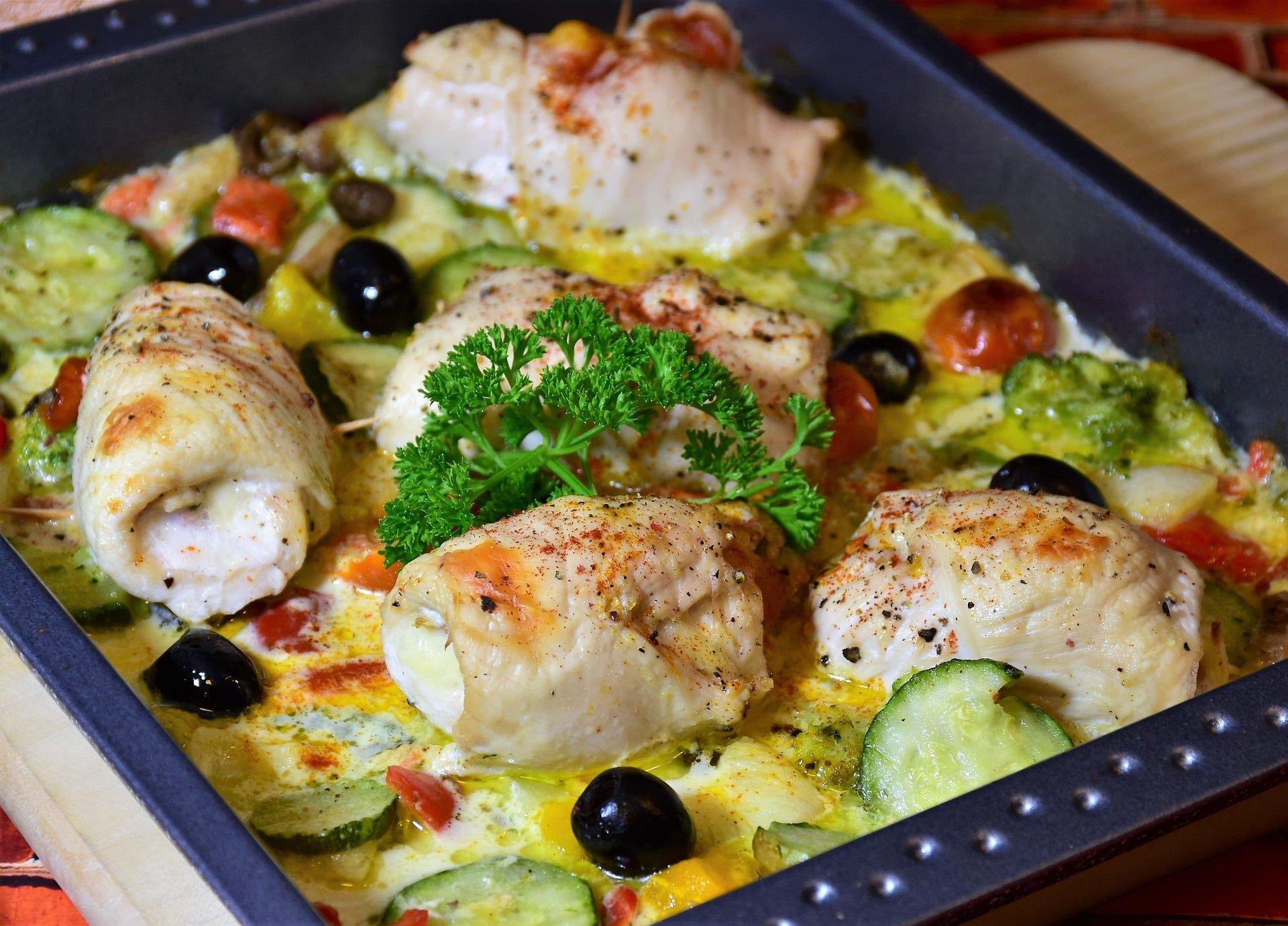 Herzhafter Pouletrouladenauflauf mit Oliven, Gemüse und Mozzarella