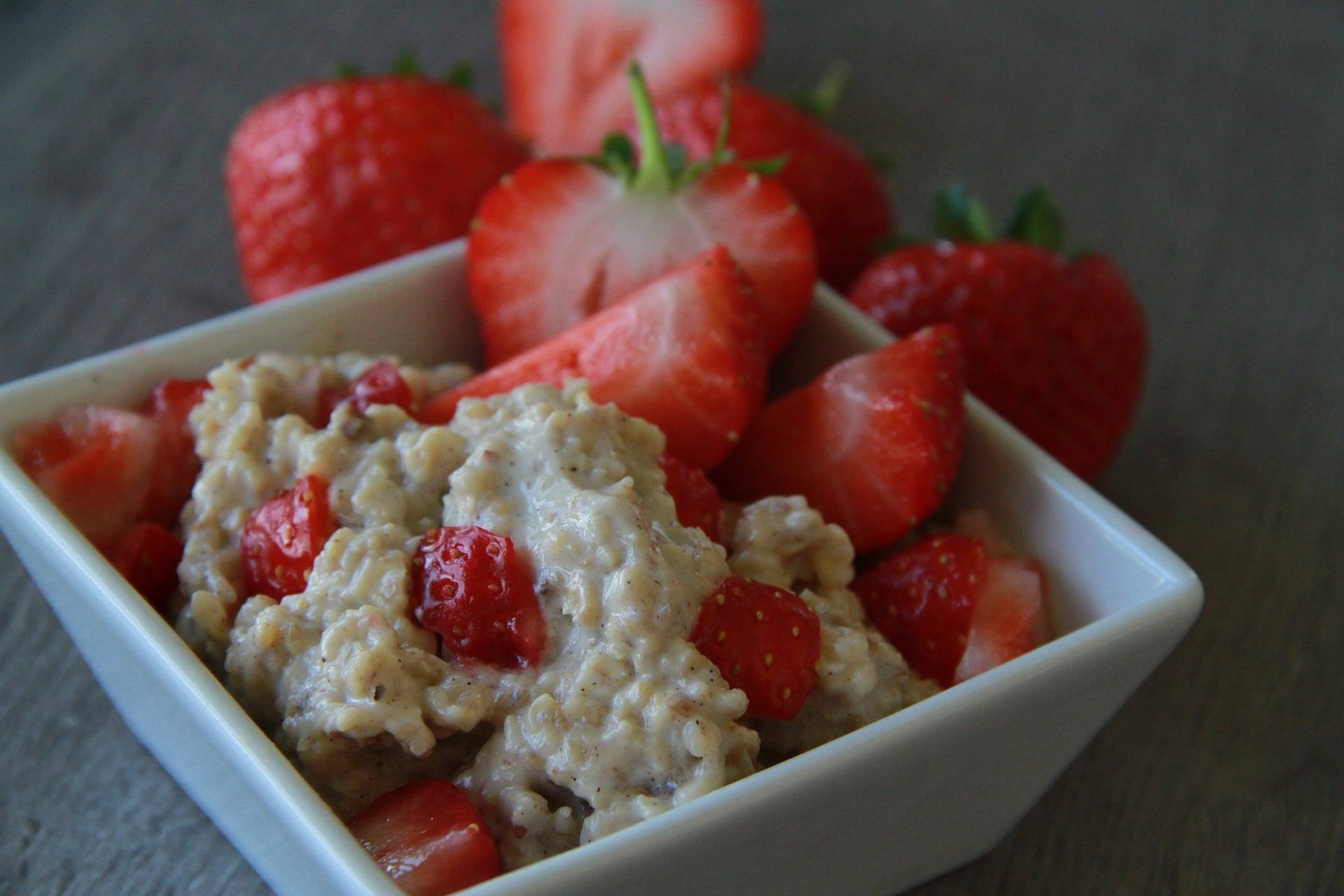 Veganes Porridge mit Erdbeere