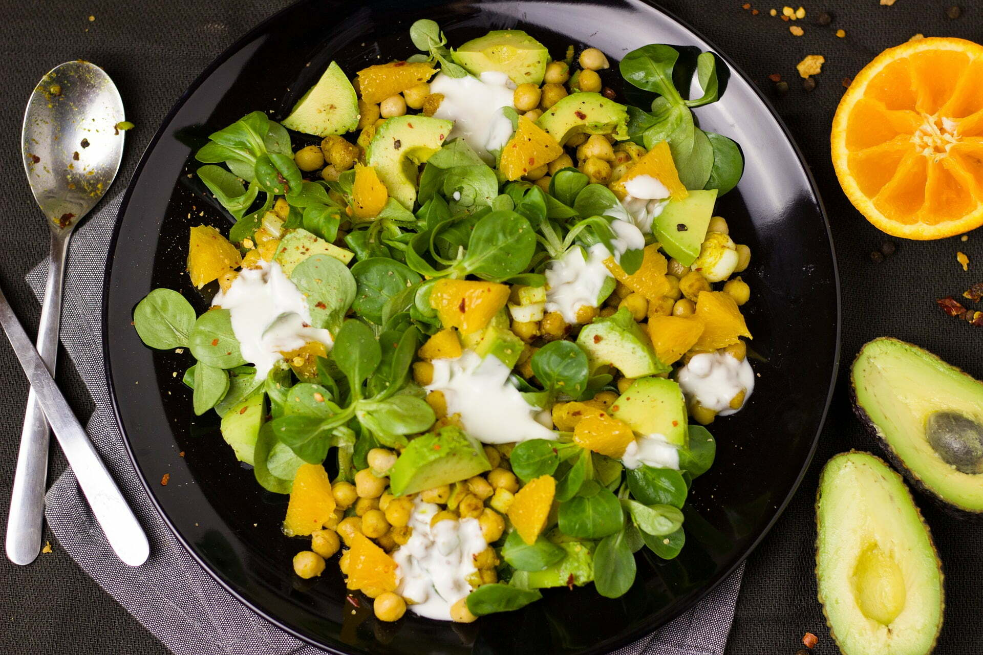 Feldsalat mit Kichererbsen, Walnüssen und Orangenstückchen