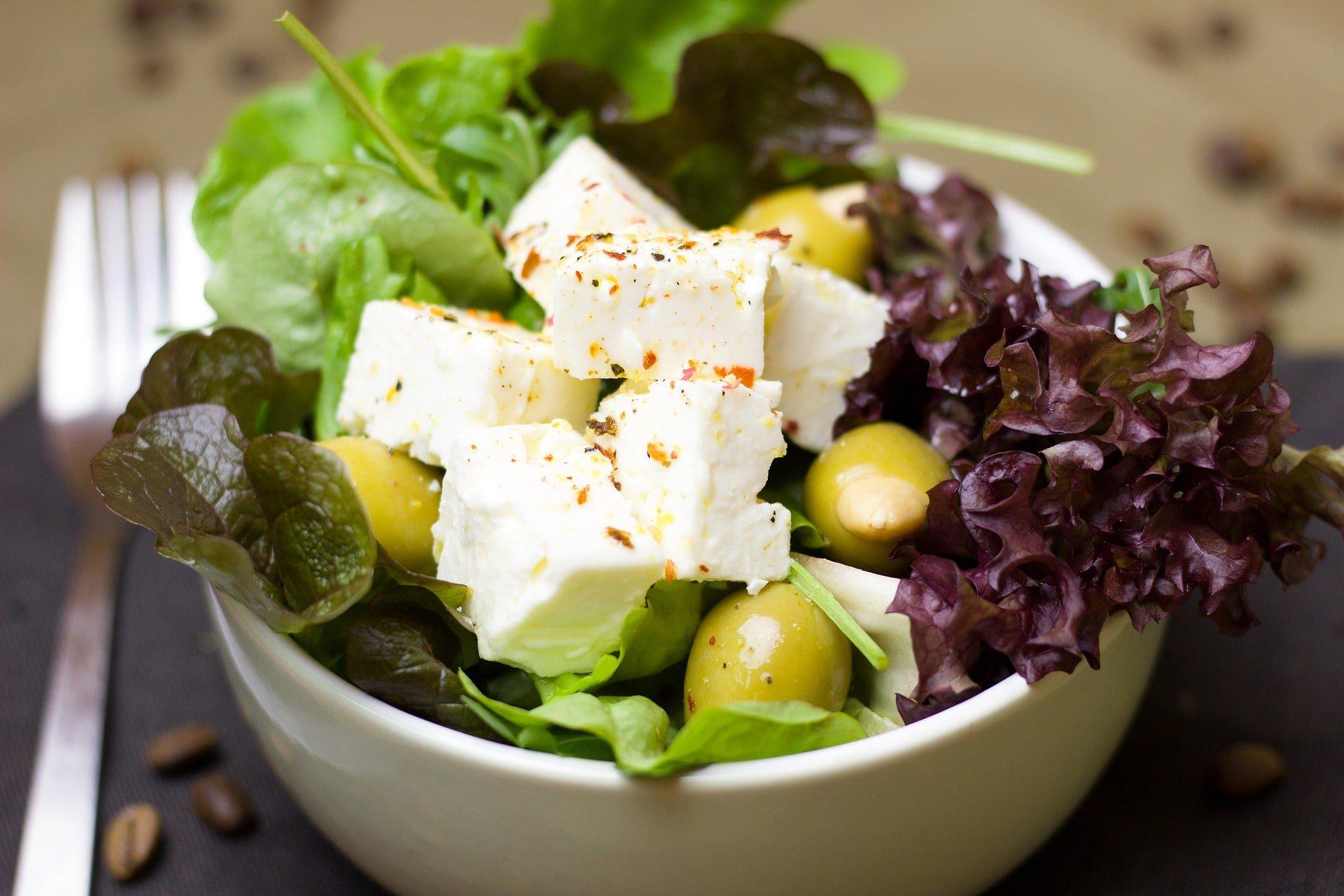 Blitzschneller Salat mit Berg-Käse / Feta