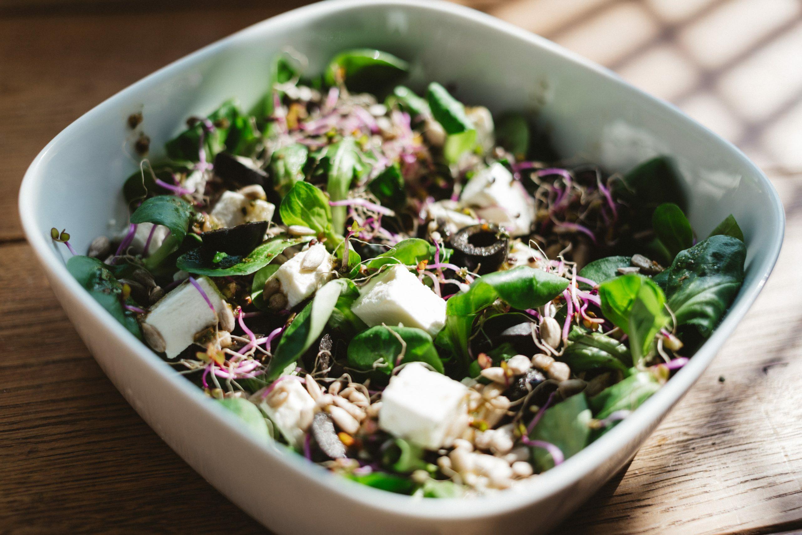 Nüsslisalat mit Feta und Oliven