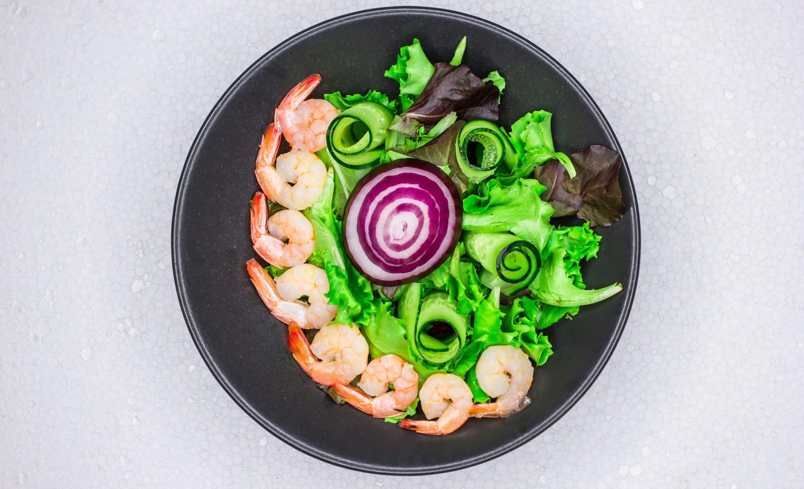 Bunter Eichblattsalat mit Garnelen