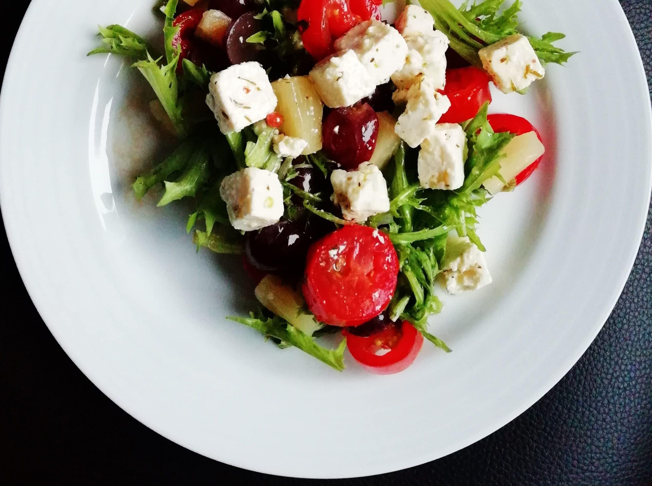 Frisée-Salat mit Cherrytomaten, Feta-Käse und Oliven