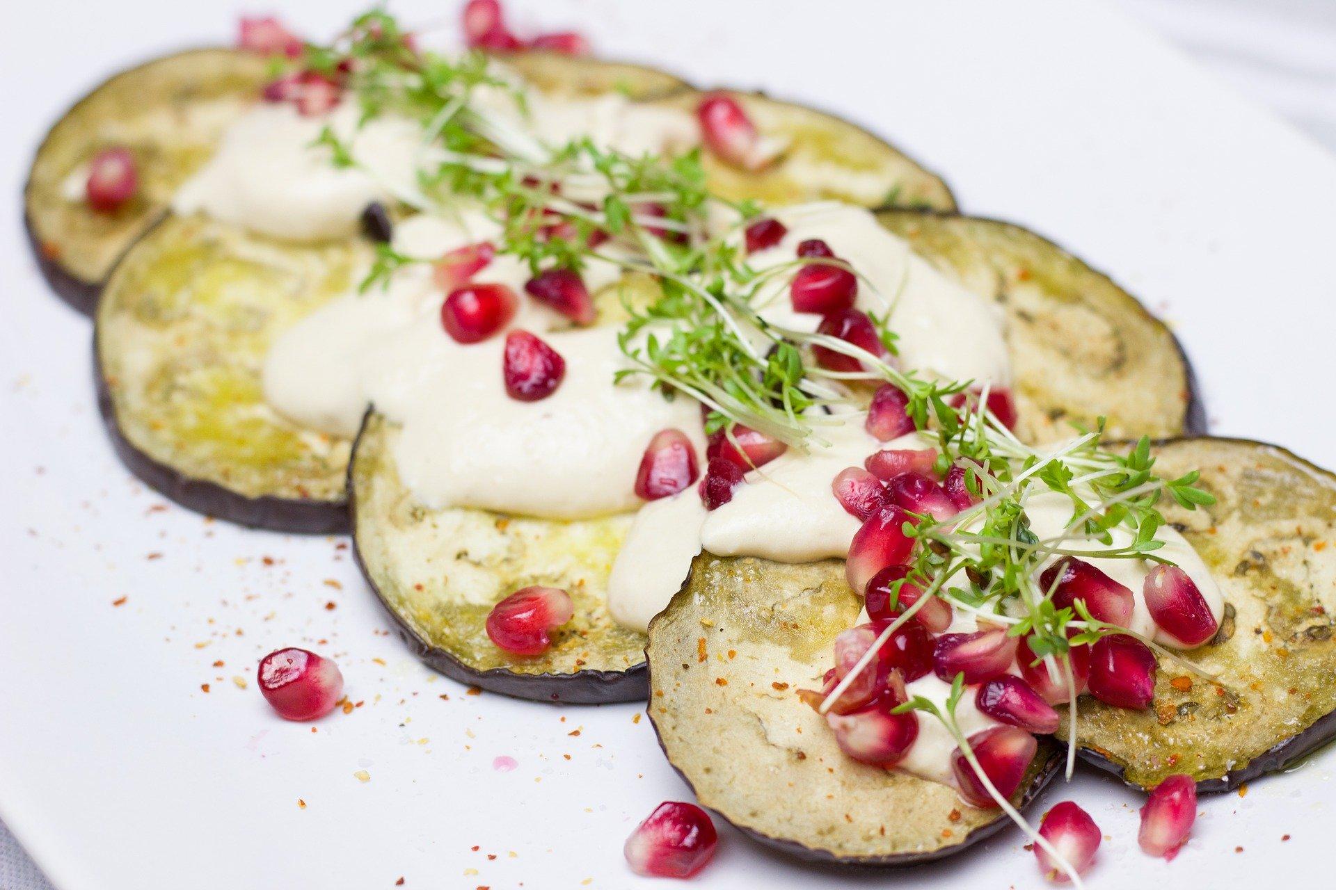 Gebratene Aubergine mit Hummus
