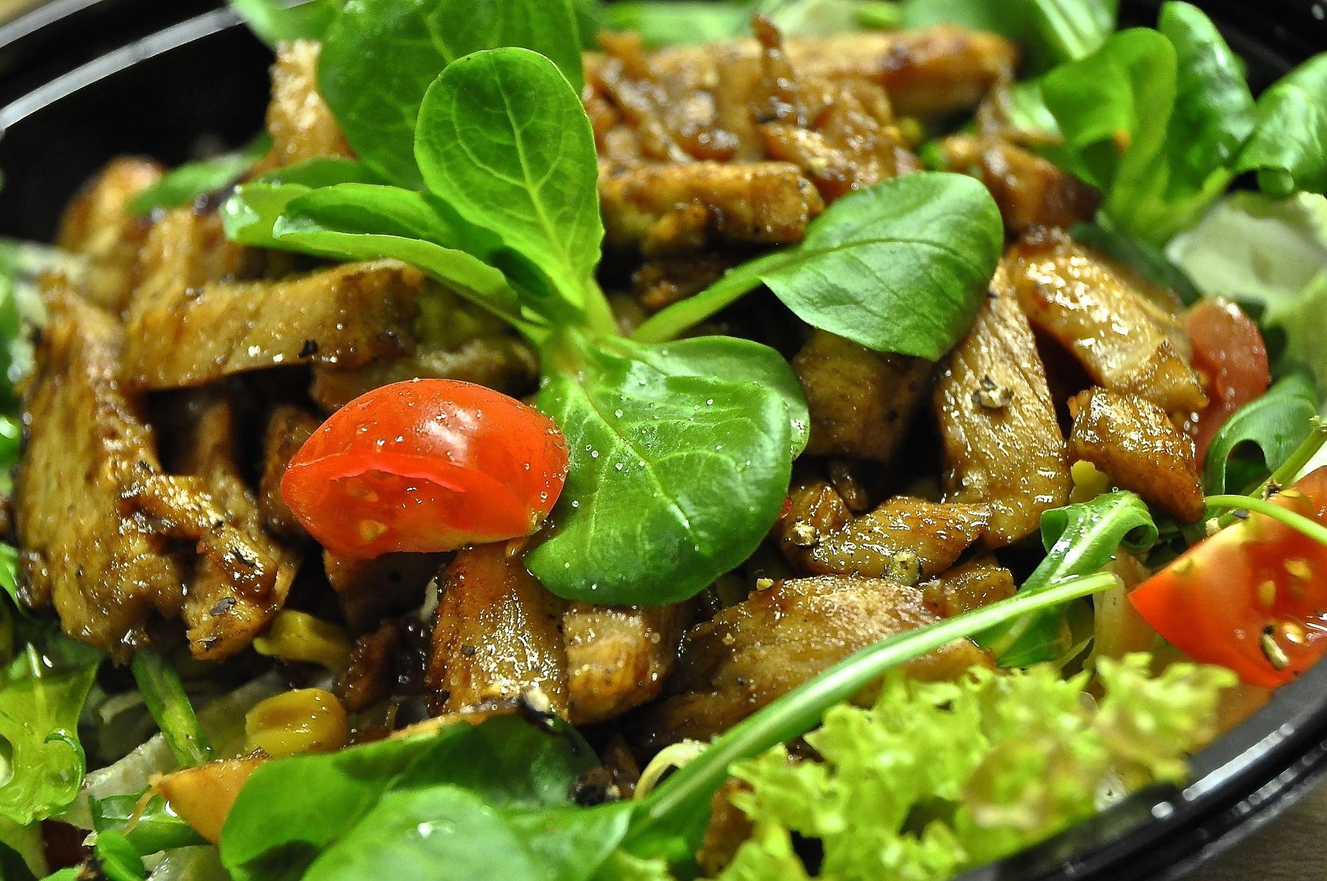 Gemischter Salat mit Rind und einem Joghurt-Senf-Dressing