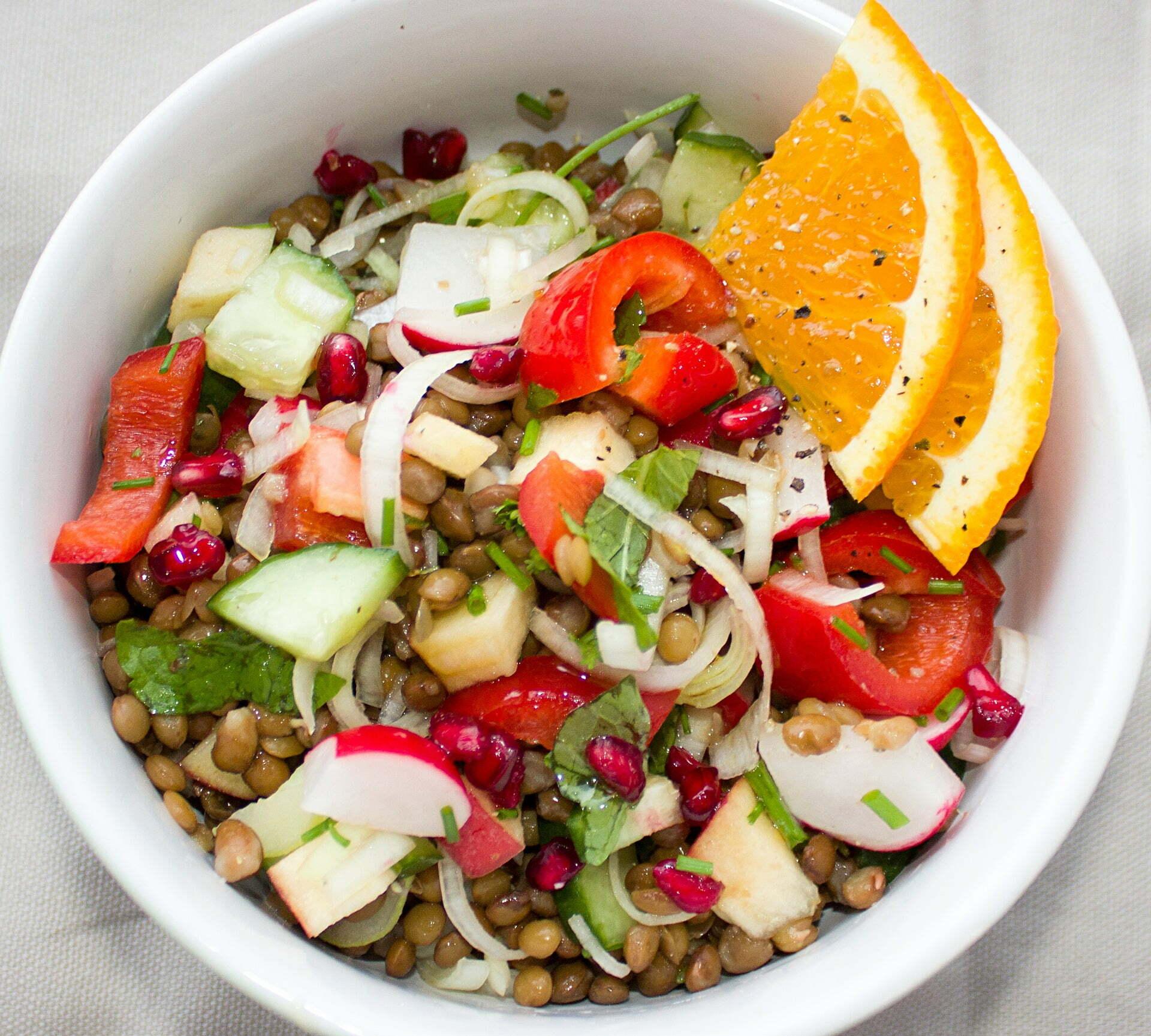 Frischer Linsen-Salat mit Gemüse