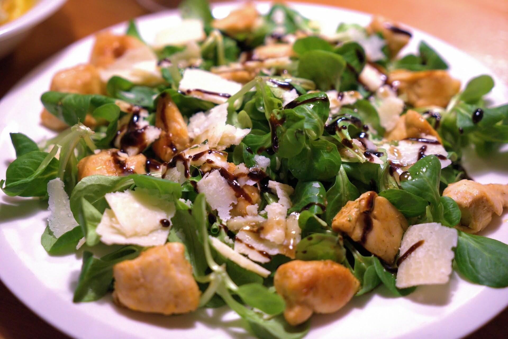 Nüssli-Salat mit Pouletstückchen und Parmesan