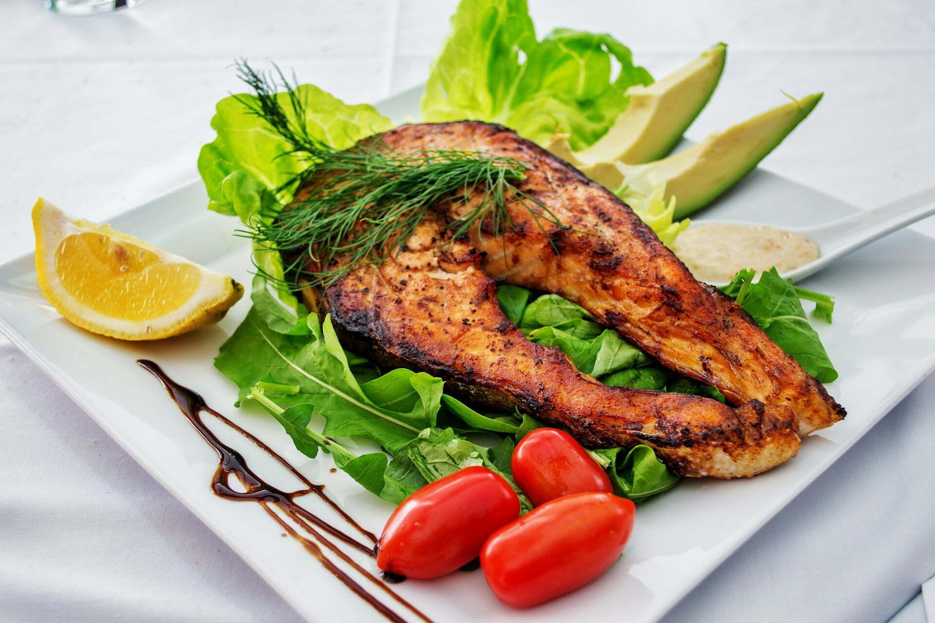 Gegrillter Lachs-Steak auf Salatbett mit selbstgemachtem Tartar-Dip