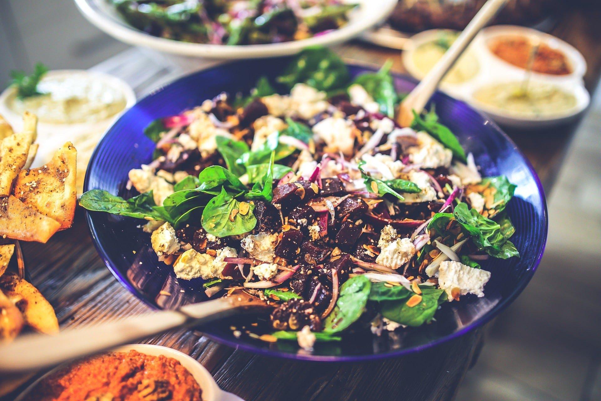 Grüner Salat mit Randen, Feta und gehobelten Mandeln