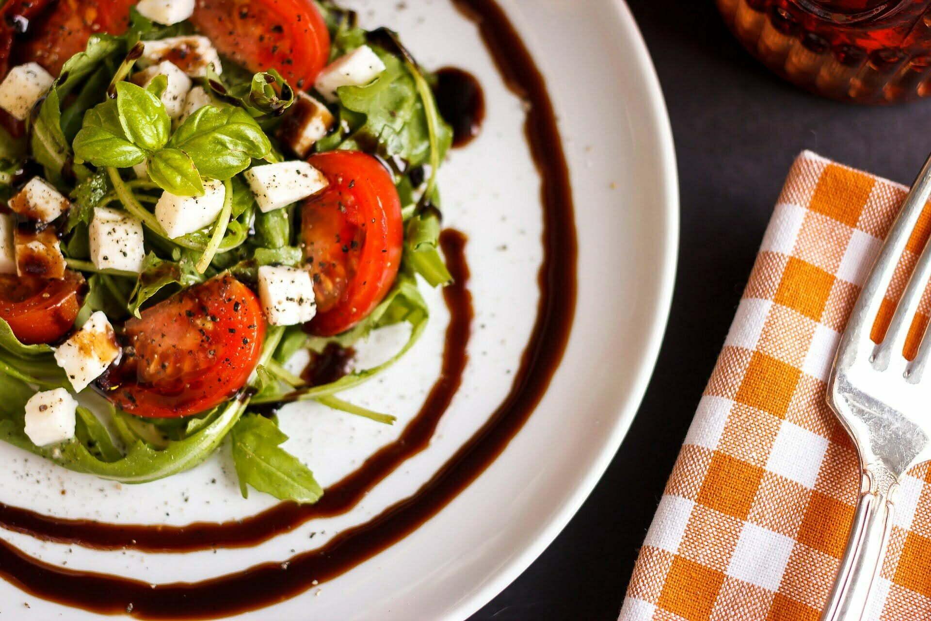 Rucola-Salat mit Tomaten und Mozzarella