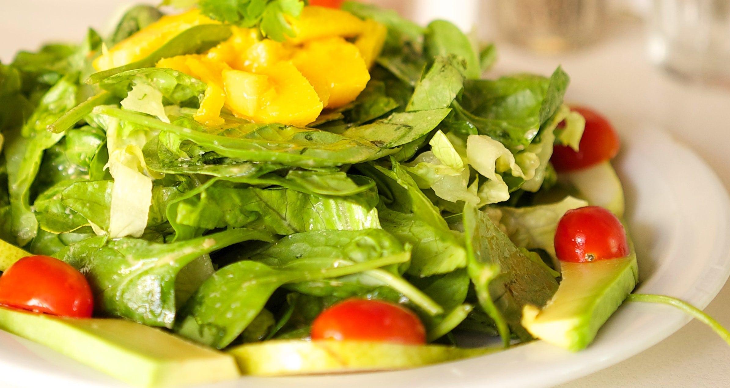 Schneller Nüsslisalat mit Avocado und Cherry Tomaten