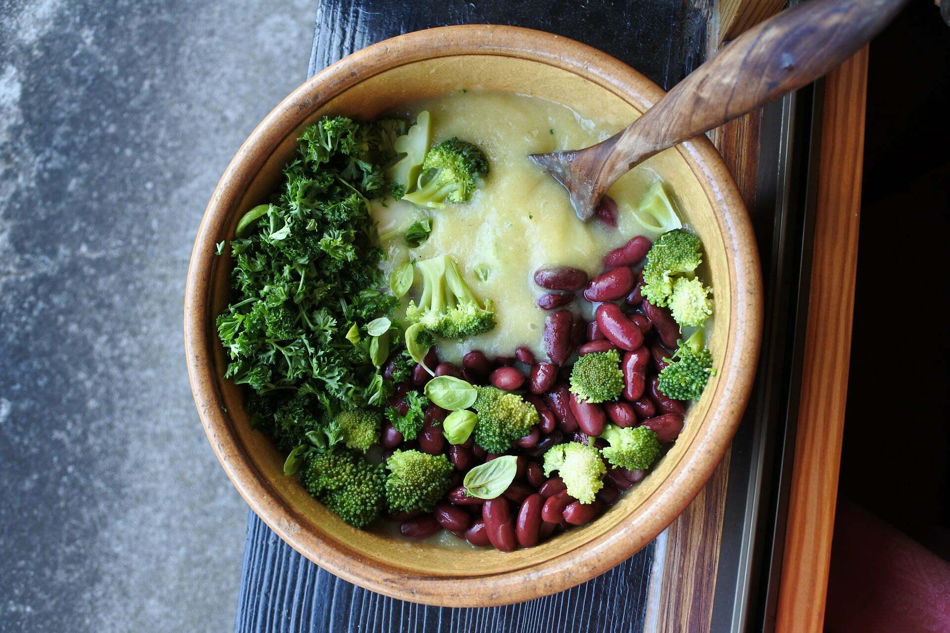 Broccoli-Blumenkohl Suppen-Bowl mit Kidneybohnen