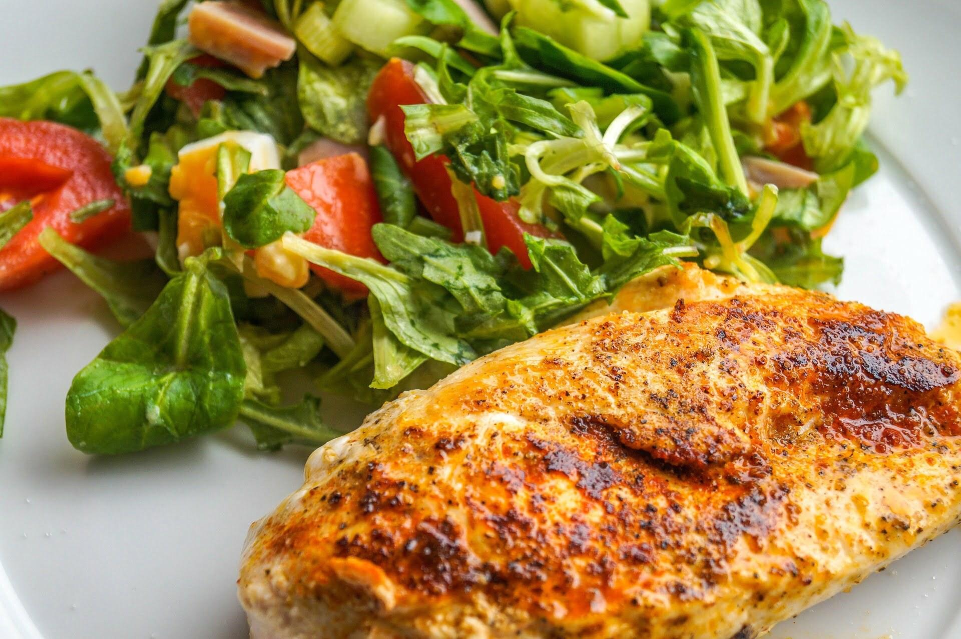 Trutenbrust mit Salat