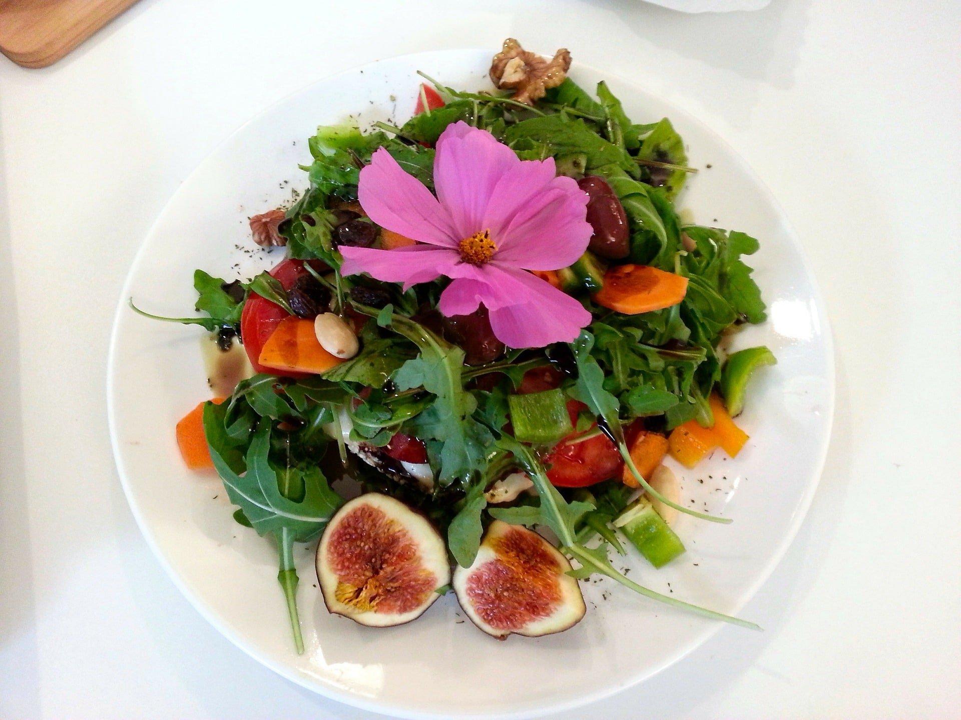 Leichter Rucola Salat mit Feigen und einem Nussmix