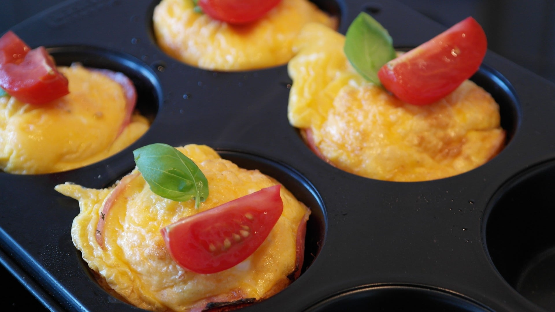 Eiermuffins mit Kochschinken und Tomaten