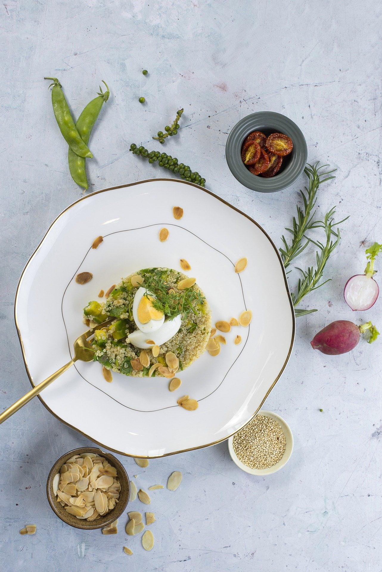 Quinoa-Frühstück mit Avocado und Ei