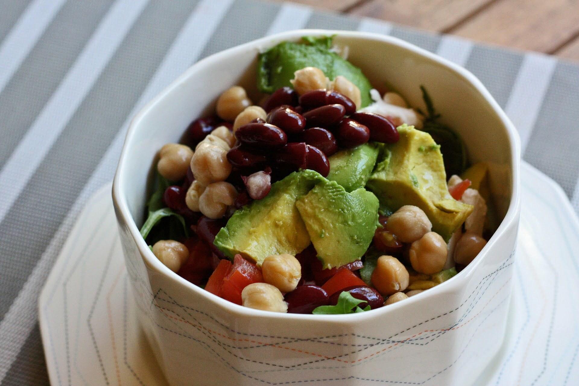 Salat-Bowl mit Kichererbsen, Kidneybohnen und Avocado