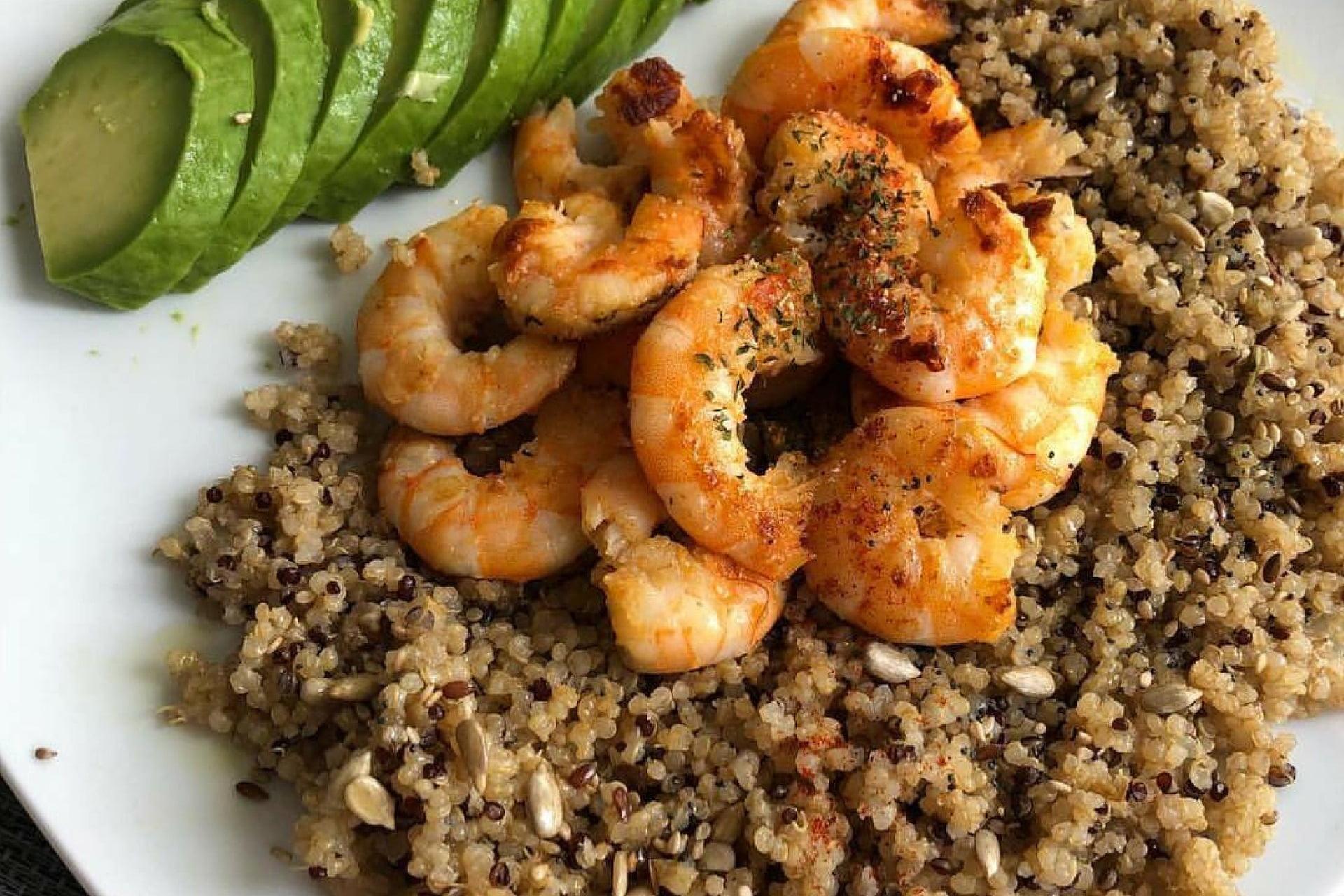 Dreifarbige Quinoa mit Garnelen und Avocado