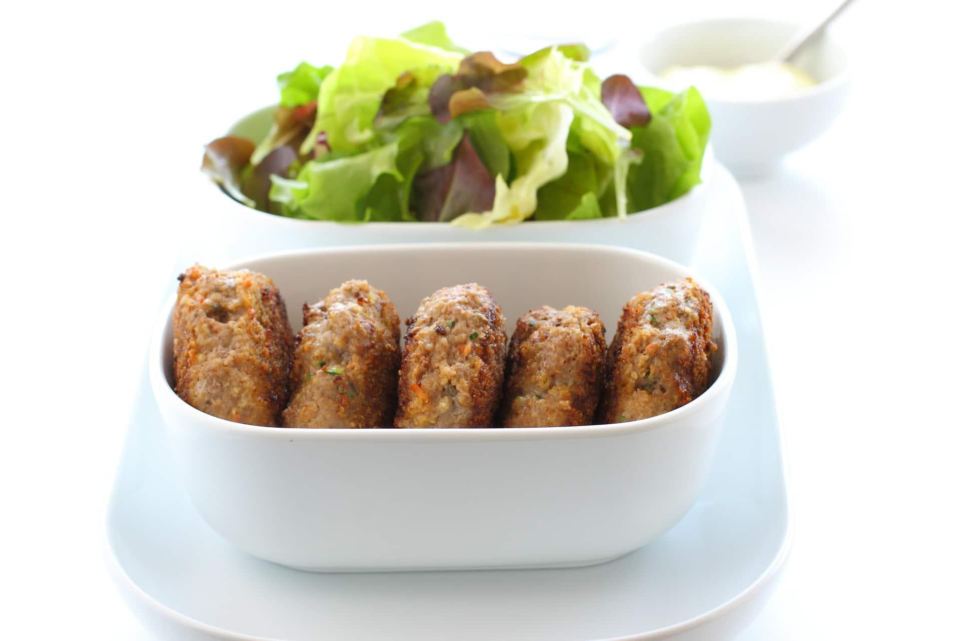 Frikadellen auf die Low-Carb-Art mit einem Salat