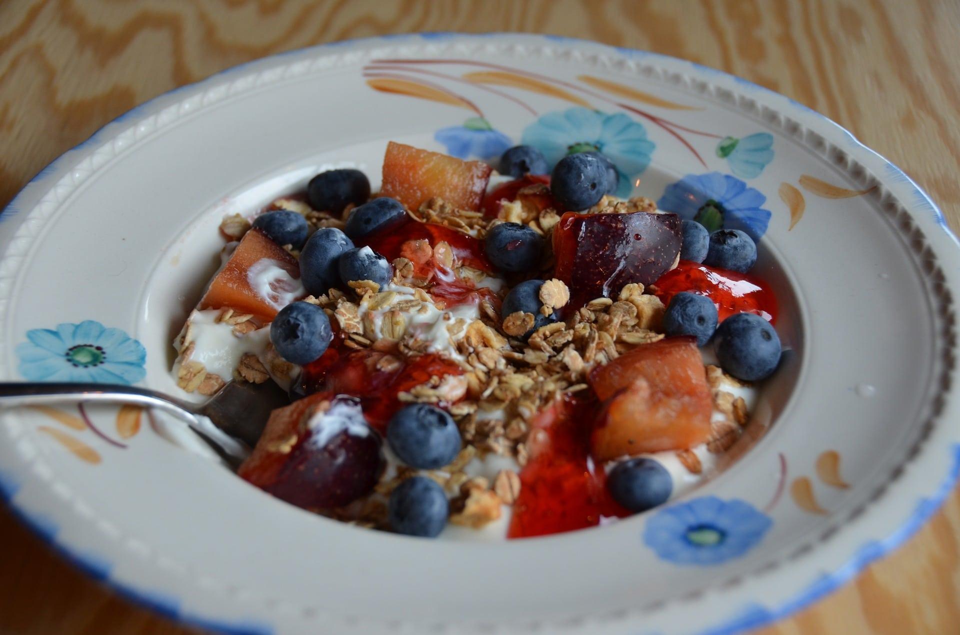 Fruchtschale mit Granola