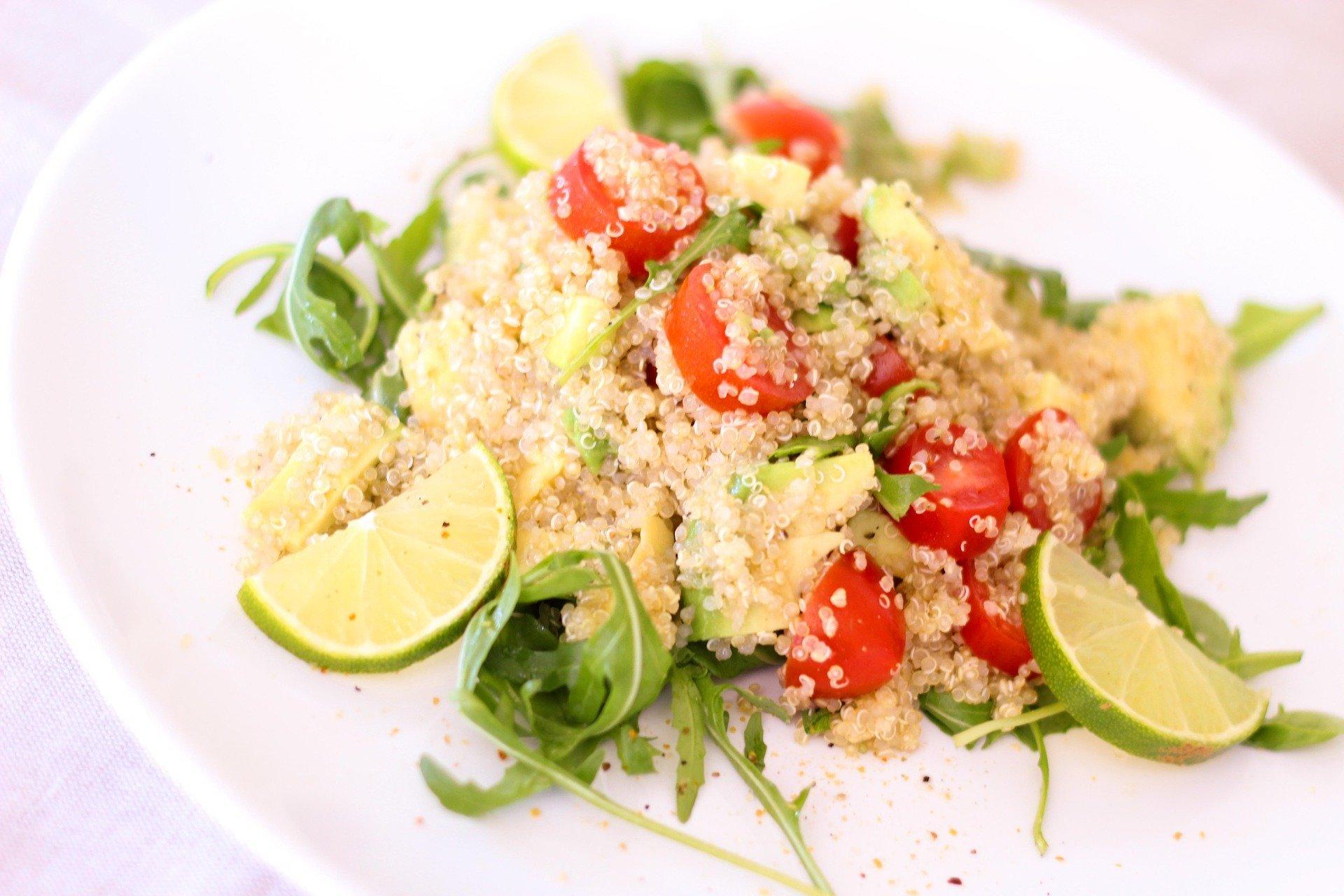 Quinoa-Salat mit Rucola, Tomaten und Feta