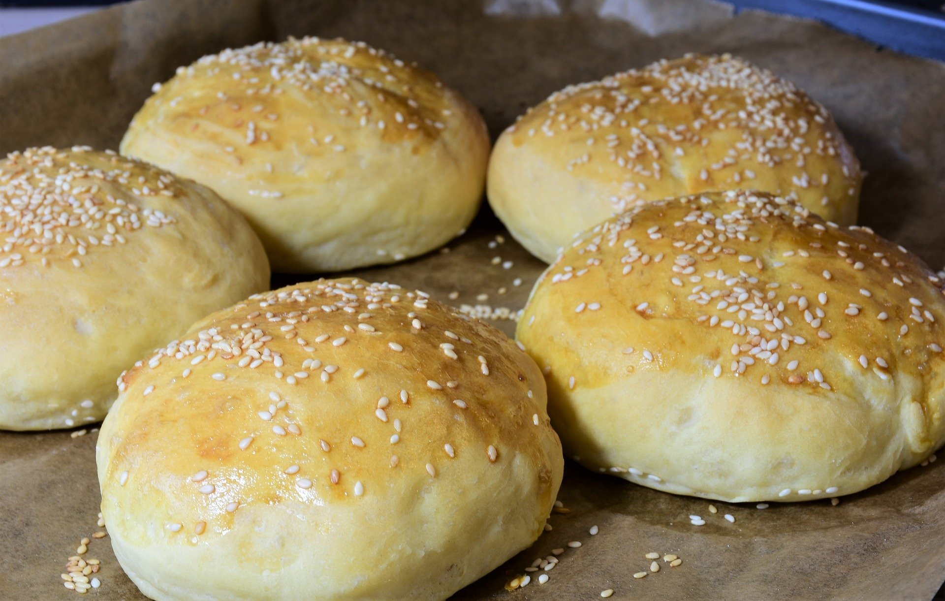 Low-Carb Sesam Brötchen mit Mandelcreme