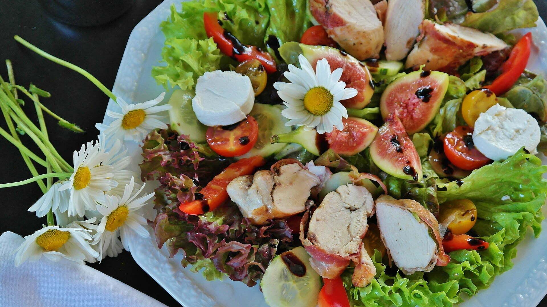 Salatteller mit Pouletbrust, Mozzarella und Feigen