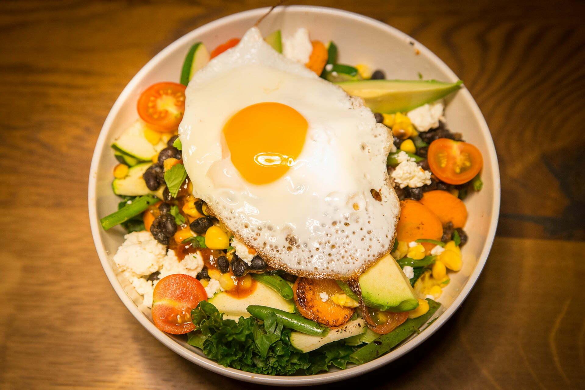 Salatteller mit schwarzen Bohnen und Spiegelei