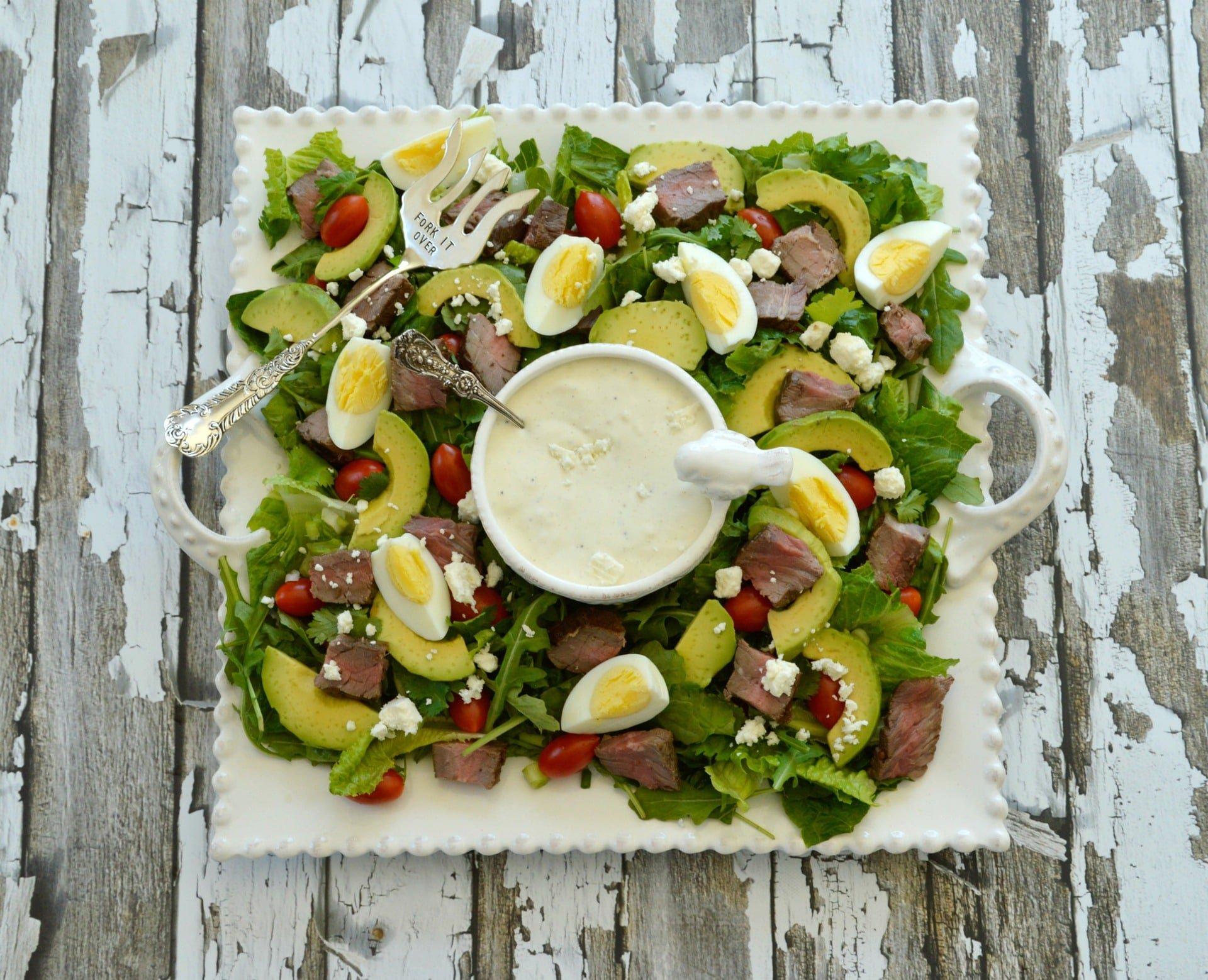Salatteller mit Rindersteak-Stückchen