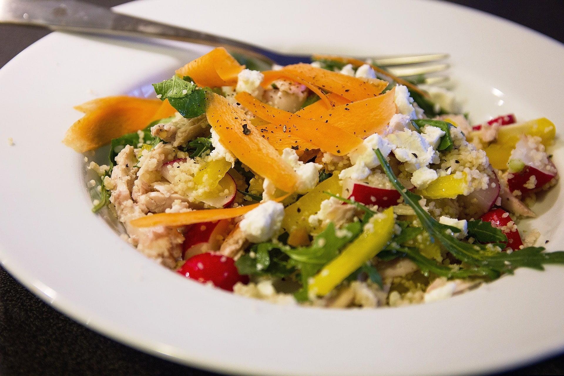 Couscous-Rucola-Salat mit Feta, Radieschen, Peperoni und Karotten