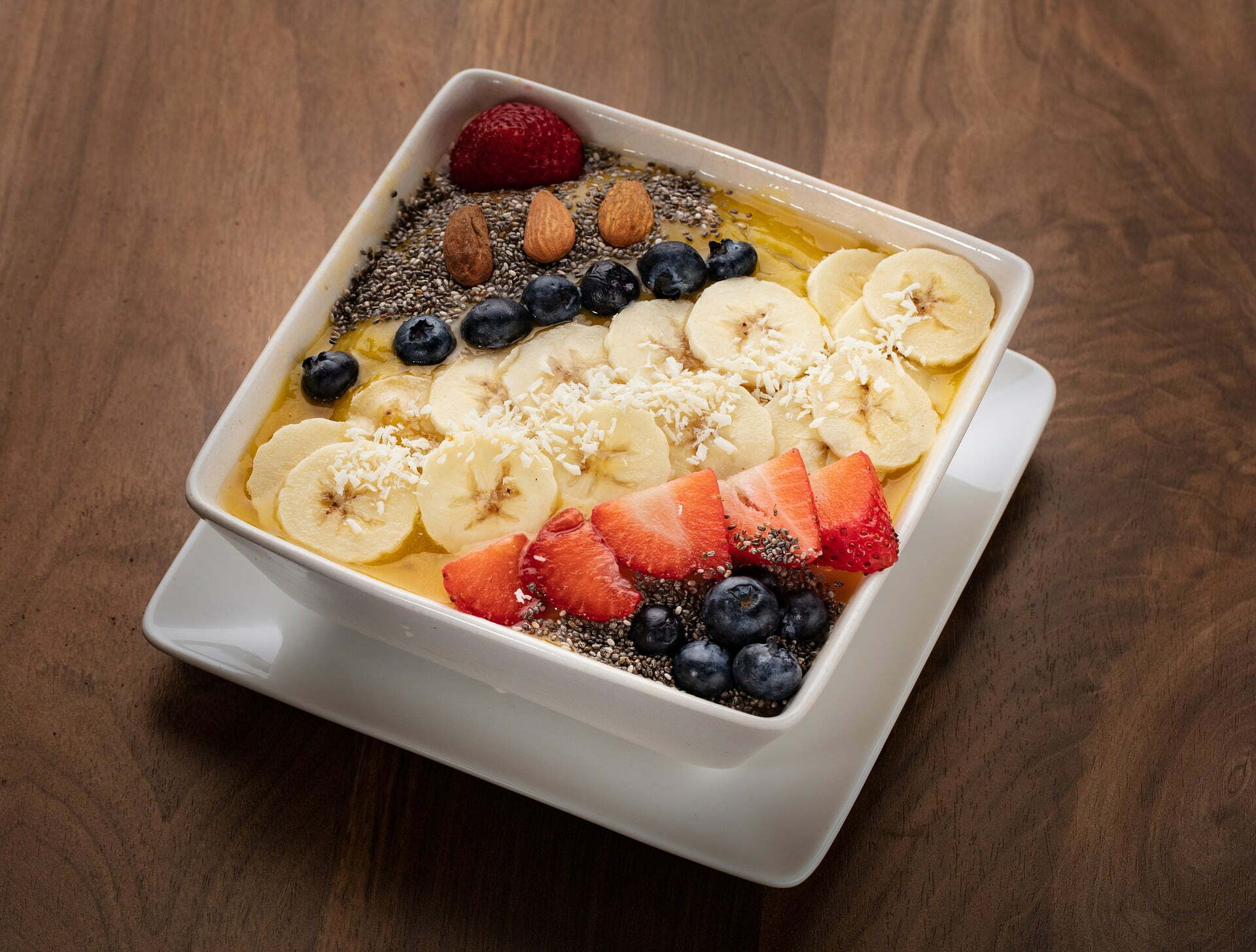 Mango Smoothie Bowl mit Erdbeeren und Heidelbeeren
