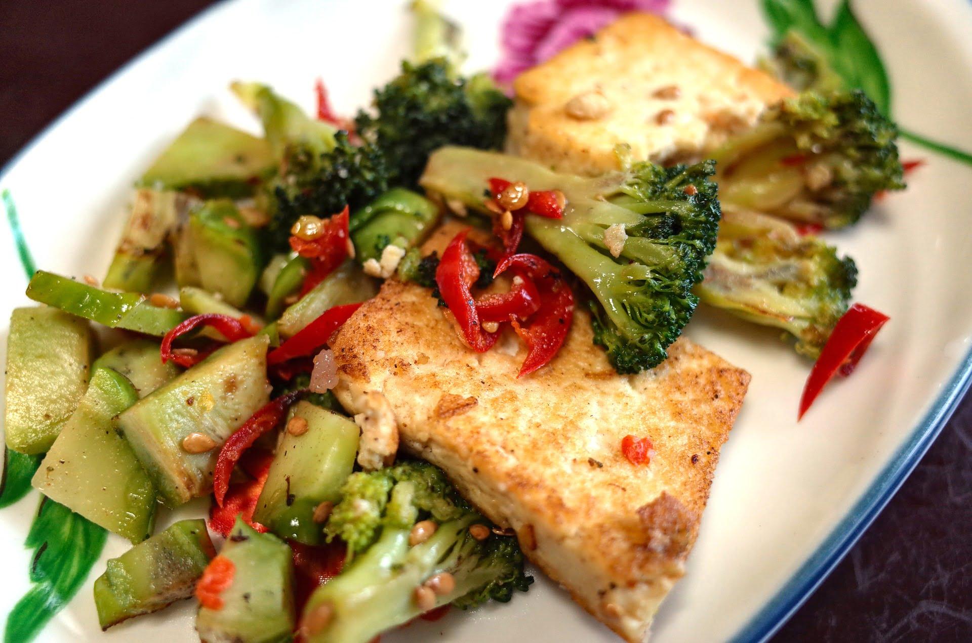 Knuspriger Tofu in einer Mandelmehl-Panade mit Broccoli und Avocado