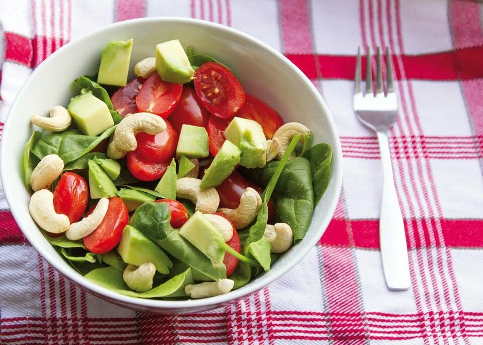 Cashew-Avocado Salat