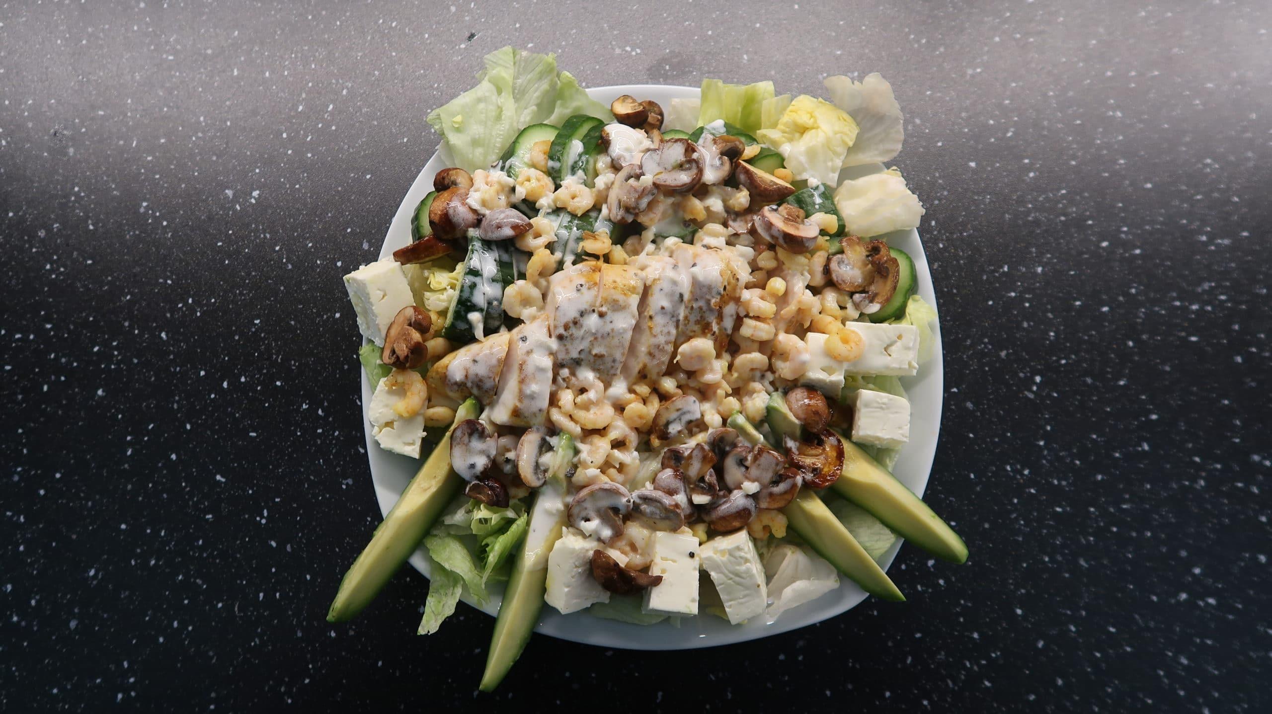 Sommersalat mit Hähnchen und Crevetten