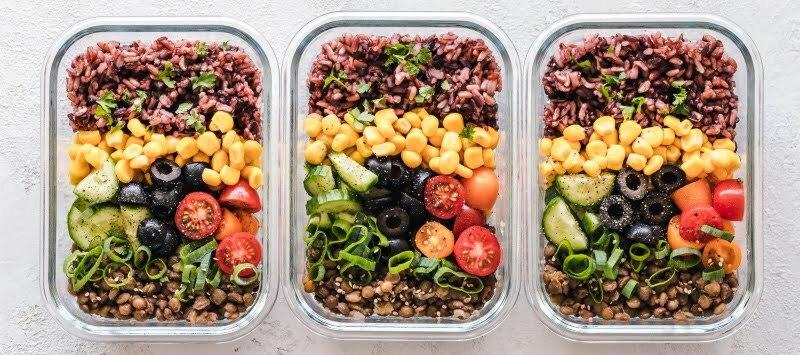 Das Essen vorzubereiten, kann helfen sich nicht von den Gefühlen leiten zu lassen und das vorbereitete zu essen.